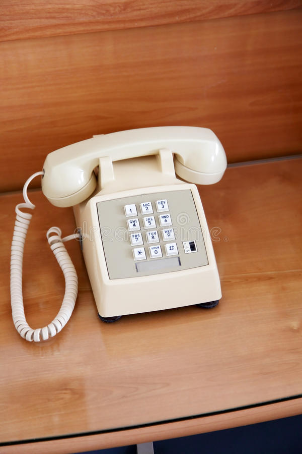 Téléphone sur la table de chevet photographie stock libre de droits