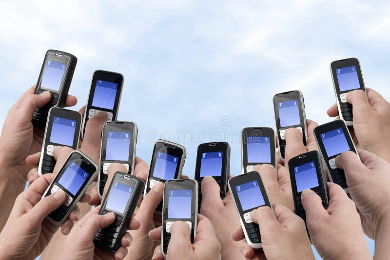 Téléphones de Mobil - beaucoup de mains et de téléphones photos stock