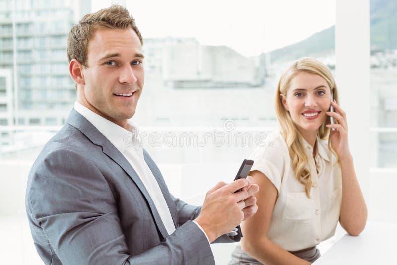 téléphones mobiles de gens d'affaires utilisant photo libre de droits