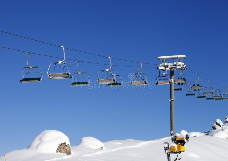 Télésiège à la station de sports d'hiver au jour du soleil après des chutes de neige image libre de droits