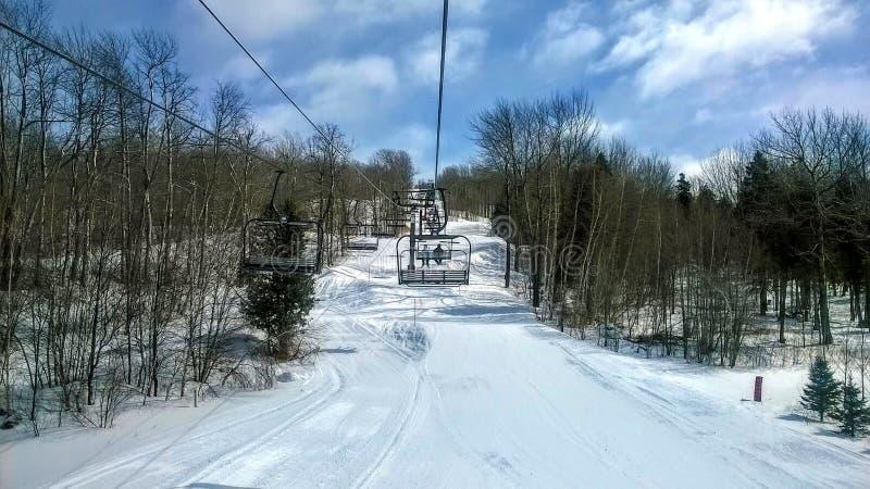 Télésiège au-dessus d'une pente de ski photos libres de droits