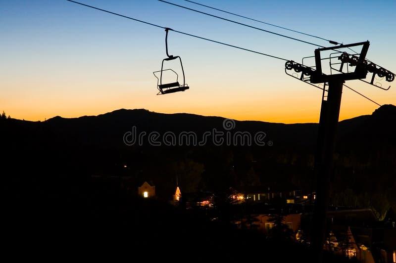 Télésiège de ski au coucher du soleil images libres de droits