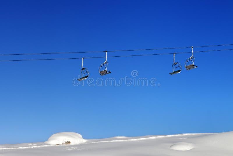 Télésiège et ciel clair bleu au jour ensoleillé photographie stock