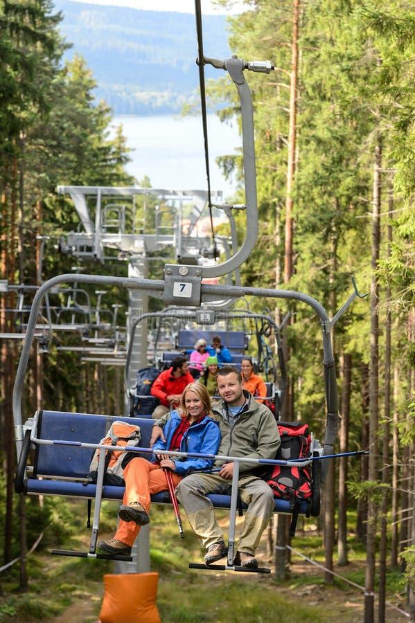 Jeunes couples se reposant sur la forêt de télésiège image stock