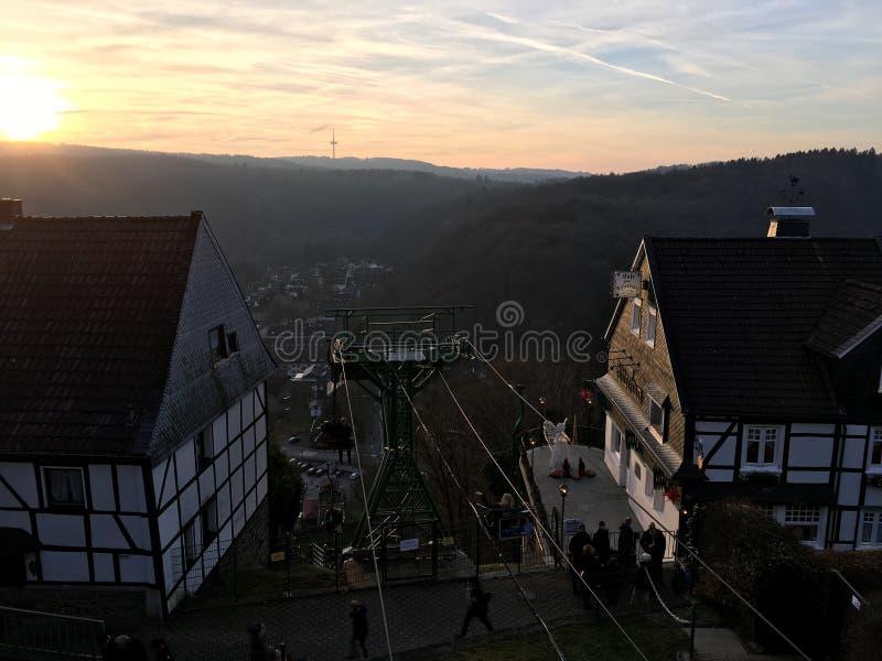 Télésiège Seilbahn au Burg de château dans Solingen avec la belle vue dans l'ensemble du soleil photo stock