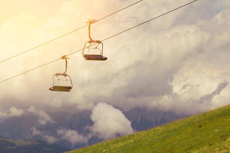 Téléski et ascenseurs sur les Alpes de montagne, avec des nuages photos libres de droits