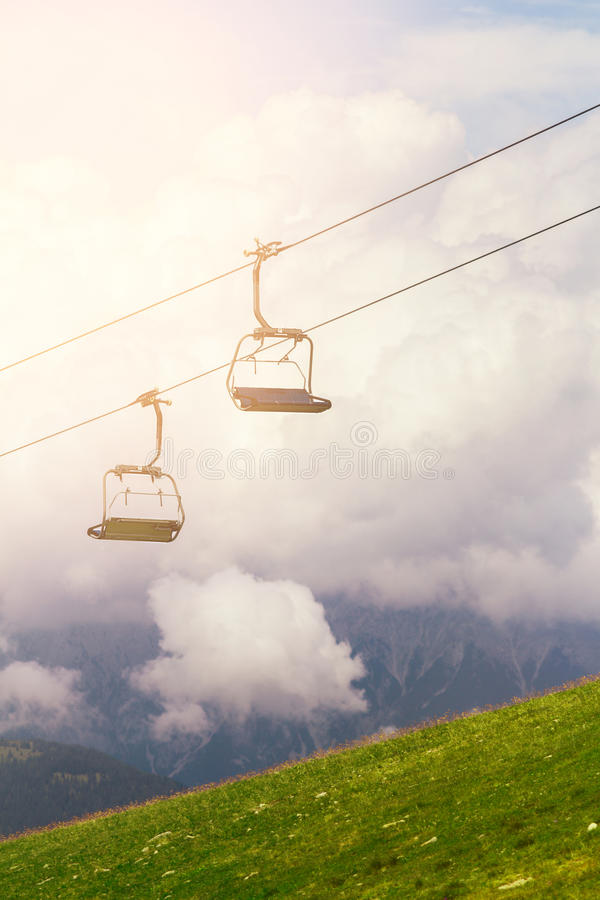 Téléski et ascenseurs sur les Alpes de montagne, avec des nuages photo libre de droits