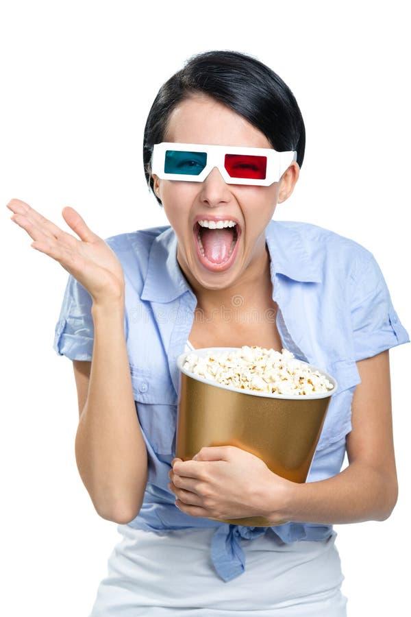 Téléspectateur observant le film 3D avec le maïs éclaté images stock
