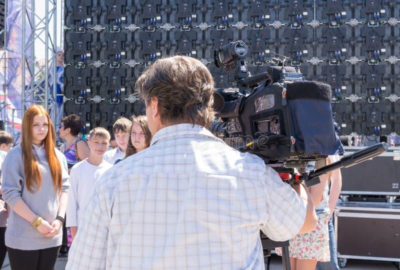 Télévision Camerman à l'entrevue de travail images stock