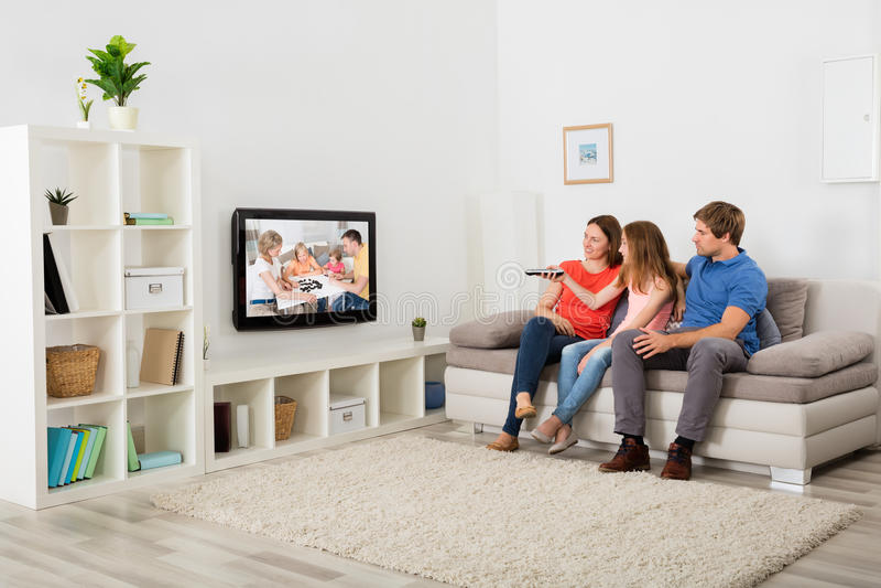 Télévision de observation de famille photo libre de droits