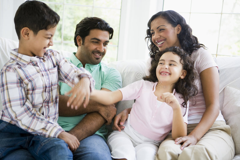 Télévision de observation de famille du Moyen-Orient photos libres de droits
