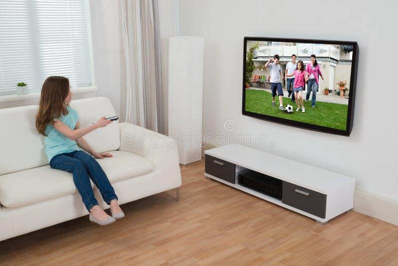Télévision de observation de fille images libres de droits
