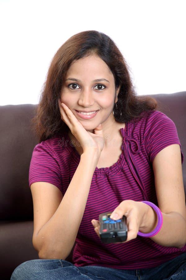 Télévision de observation de jeune femme photos stock