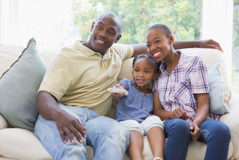 Download Télévision De Observation De Sourire Heureuse De Famille Photo stock - Image du plaisir, couples: 56484544