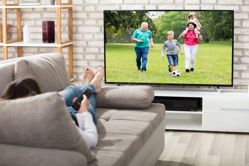 Télévision de observation de femme photographie stock libre de droits