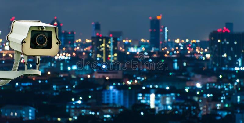 Télévision en circuit fermé avec la ville de flou à l'arrière-plan photos libres de droits