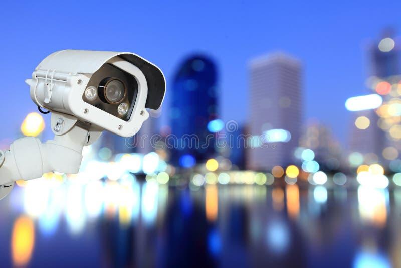 Télévision en circuit fermé avec la ville de flou de bokeh à l'arrière-plan de nuit photos libres de droits
