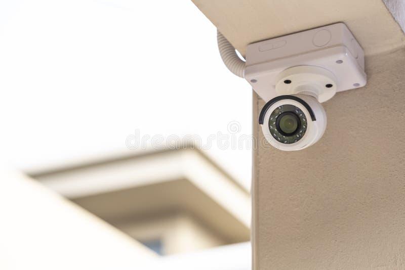 Télévision en circuit fermé blanche sur le pilier images libres de droits