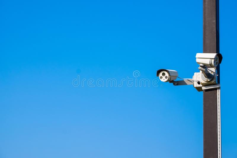 Télévision en circuit fermé sur le ciel bleu photo stock