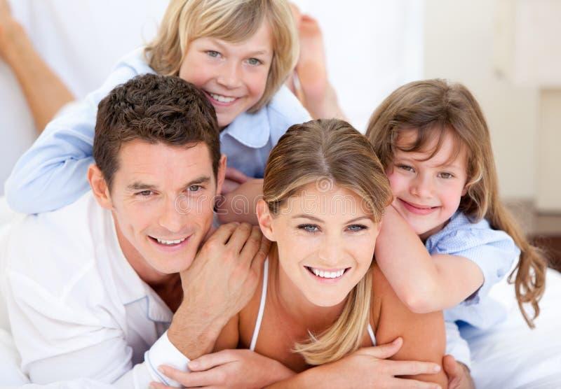 Télévision waching unie de famille images stock
