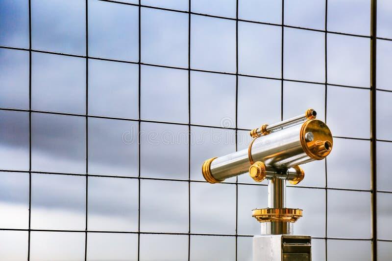 Télescope à la plate-forme d'observation donnant sur pour Paris photos libres de droits