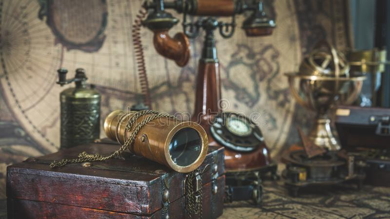 Télescope de vintage et vieille collection de pirate photographie stock libre de droits