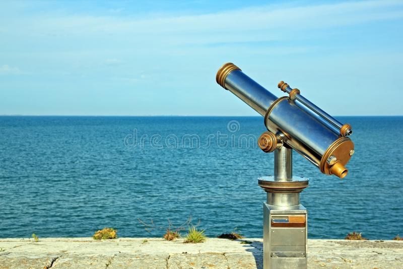 Télescope dirigé à l'océan photographie stock libre de droits