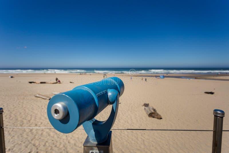 Télescope opéré par des pièces de monnaie sur une plage de la côte de l'Oregon image libre de droits
