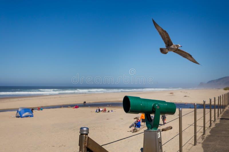 Télescope opéré par des pièces de monnaie sur une plage de la côte de l'Oregon photos stock