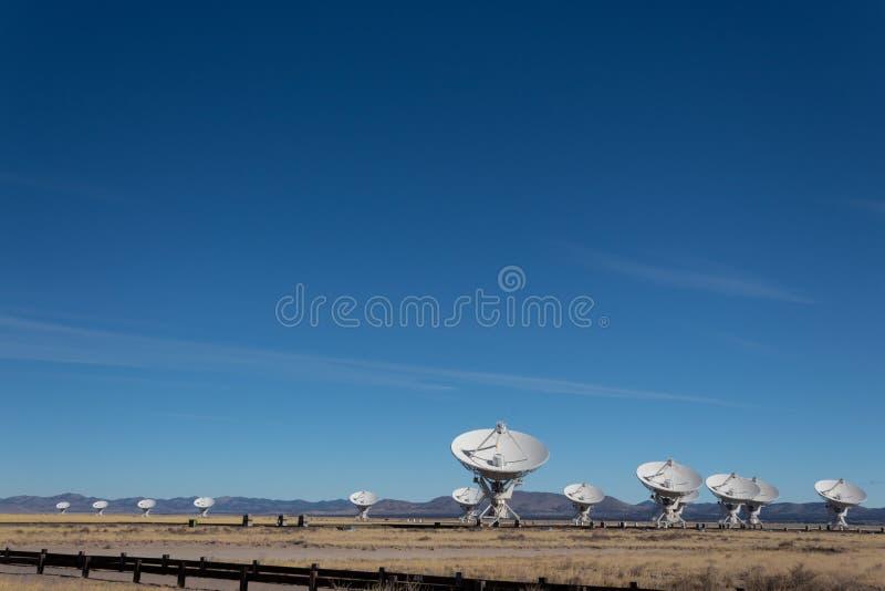 Télescopes multiples de plat d'antenne par radio de Very Large Array contre un ciel bleu dans le désert du Nouveau Mexique près d photo libre de droits