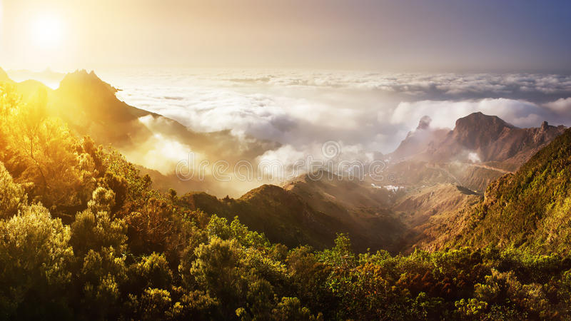 Ténérife Coucher du soleil de montagne au-dessus des nuages Vue panoramique photos stock