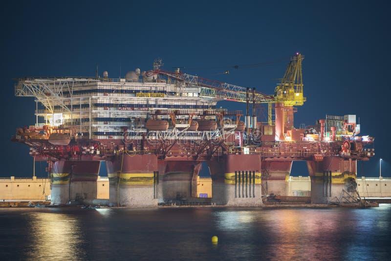 TÉNÉRIFE, ESPAGNE - 23 JUILLET : Plateforme pétrolière de Petrobras accouplée chez Tene photos stock