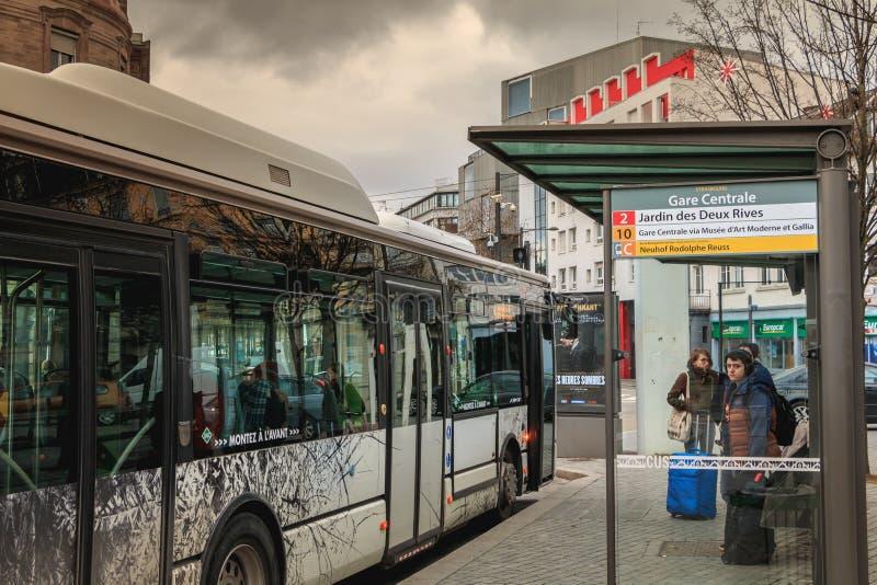 Término de autobuses cerca de la estación de tren en Estrasburgo en Francia foto de archivo