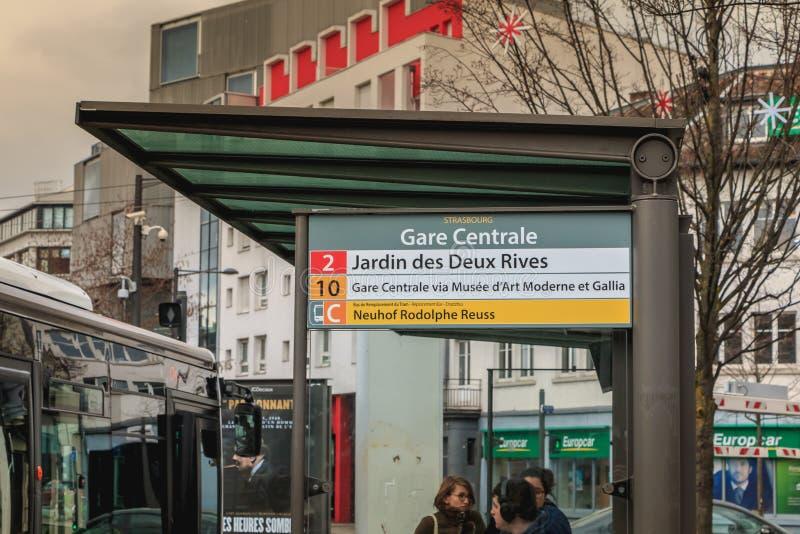 Término de autobuses cerca de la estación de tren en Estrasburgo en Francia imágenes de archivo libres de regalías