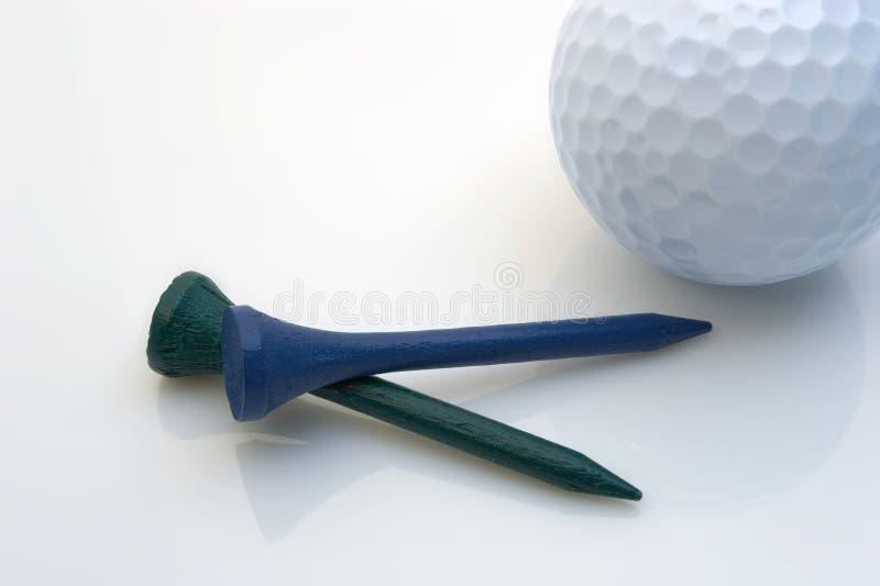 Tés et bille de golf photographie stock libre de droits