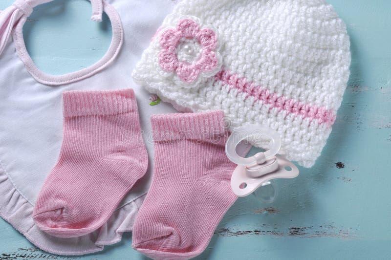 Tétine, chaussettes, bavoir et capot factices de crèche de bébé photo libre de droits