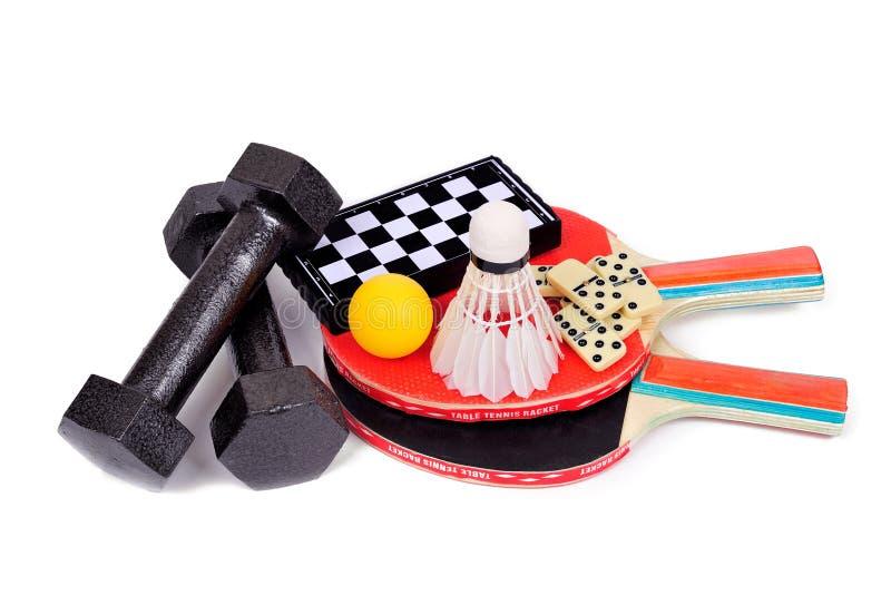 Tênis, badminton, dominós, xadrez, dumbbells fotografia de stock
