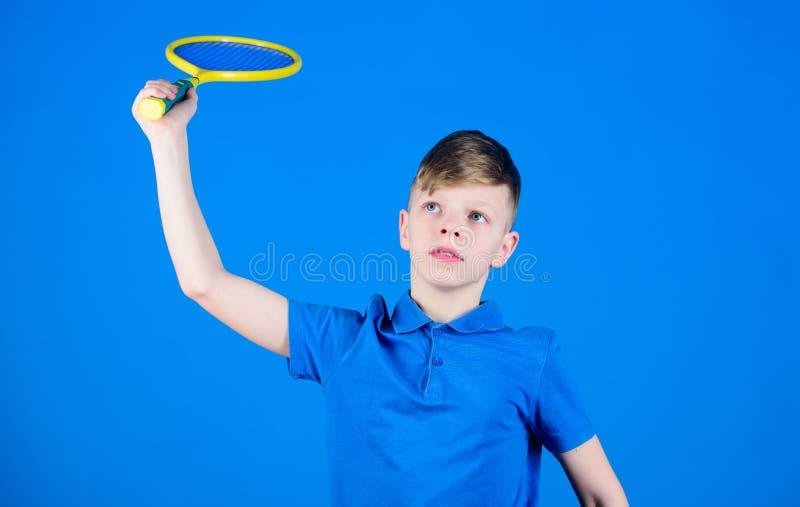 Tênis da brincadeira do menino Habilidades praticando do tênis O indivíduo com raquete aprecia o jogo Campeão futuro Sonho sobre  fotos de stock royalty free