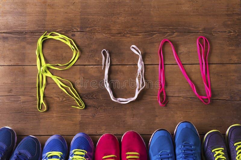Tênis de corrida no assoalho fotografia de stock