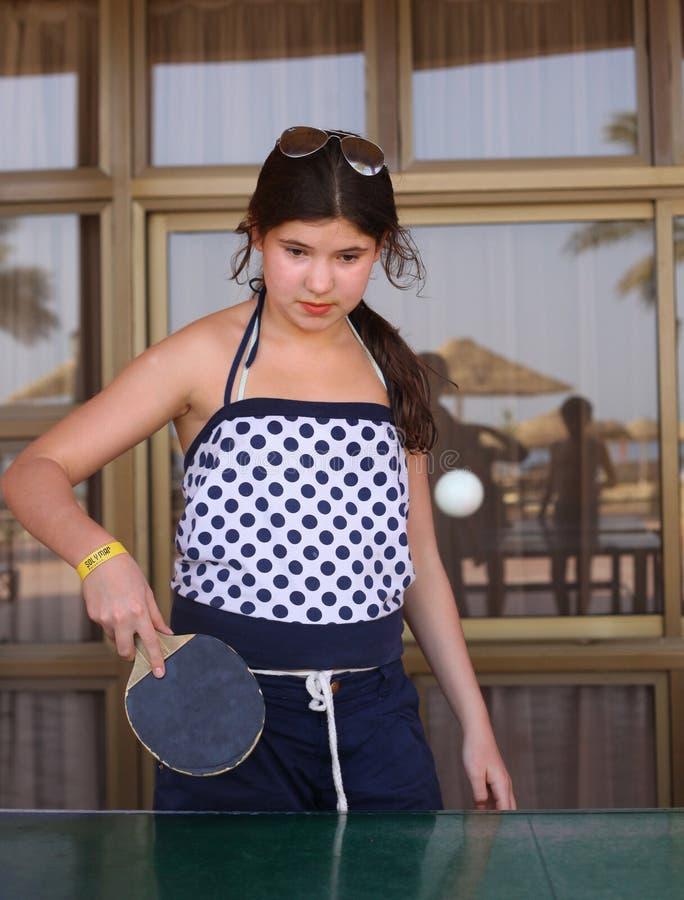 Tênis de mesa do jogo da menina do Preteen na estância de verão do hotel foto de stock royalty free