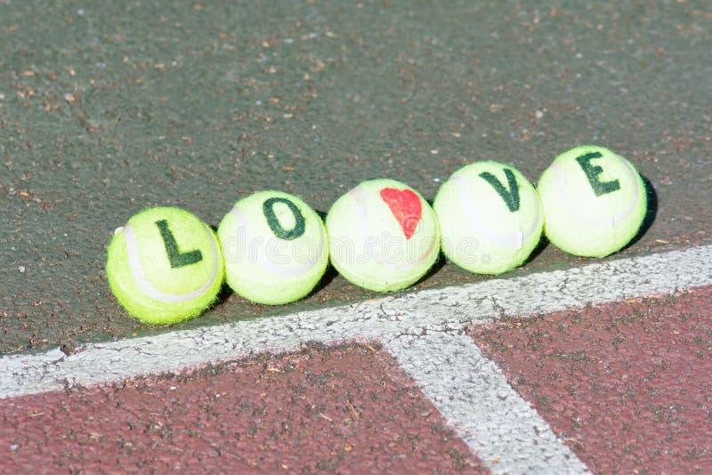 Tênis do amor - palavra e forma do coração fotografia de stock royalty free