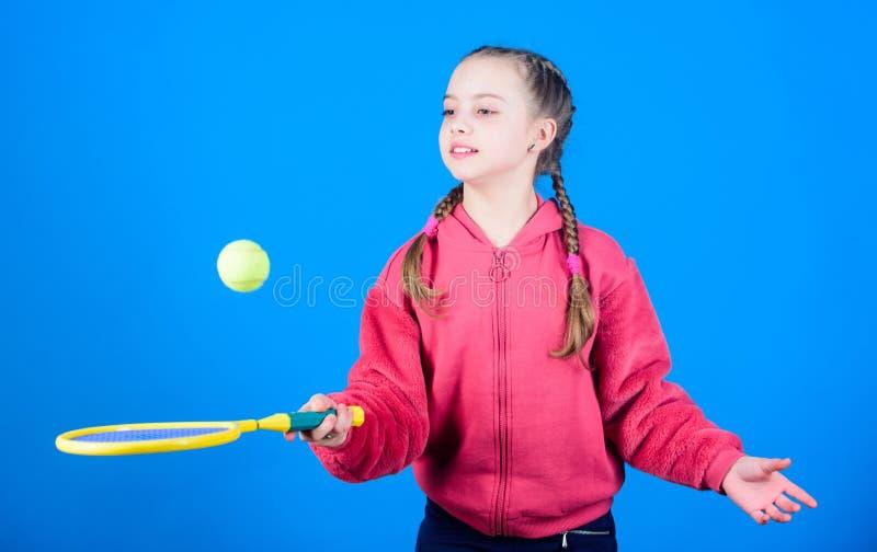 Tênis feliz da brincadeira no staduim do gym Sucesso do jogo do esporte Jogador de tênis com raquete e bola Atividade da infância fotografia de stock royalty free