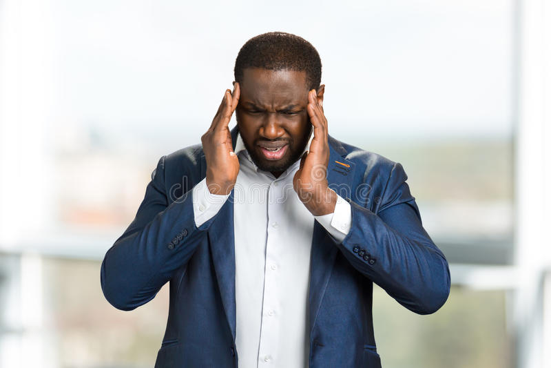 Tête émouvante de jeune homme d'affaires afro-américain image libre de droits