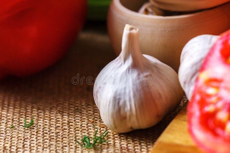 Tête d'ail et de nourriture utile de tomates rouges photo libre de droits