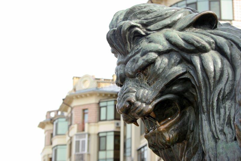 Tête d'un lion en bronze sculpture en bronze d'un lion d'hurlement sur le monument à Poltava, Ukraine photos stock