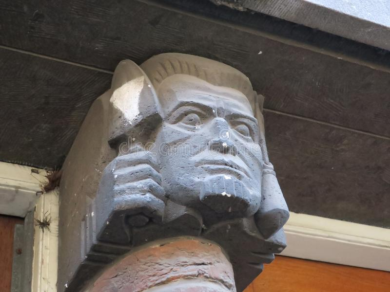 Tête d'un maçon ou d'un maçon de brique près d'un frontdoor à Amsterdam photos libres de droits