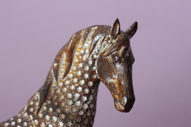 Tête d'un ornement décoratif décoratif de cheval à la maison - dans la perspective d'un mur pourpre dans la maison images stock