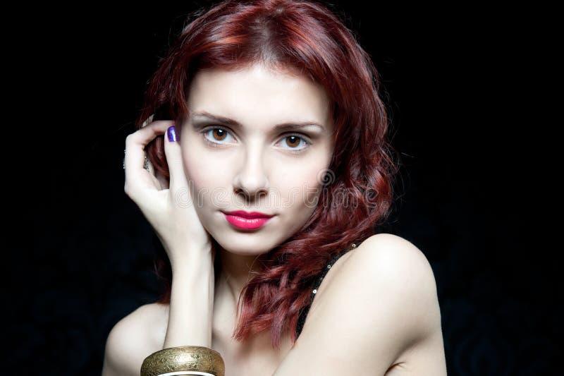 Tête de belle femme avec les cheveux rouges image libre de droits