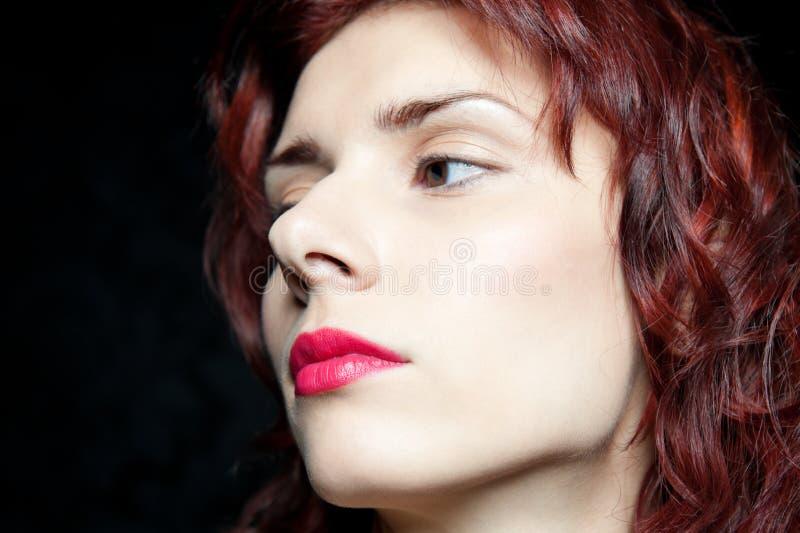Tête de belle femme avec les cheveux rouges photos libres de droits
