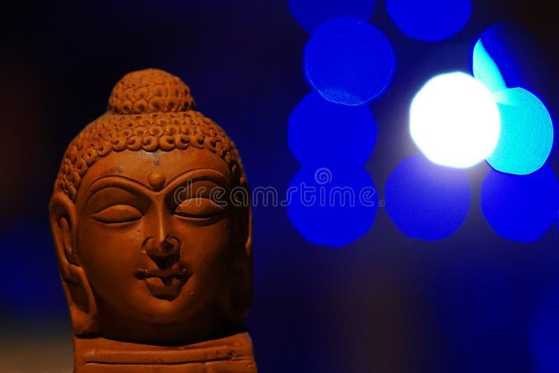 Tête de Bouddha au-dessus de fond de bokeh image stock